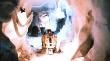 R2D2 avance dans un couloir