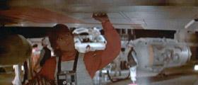 Luke Skywalker inspectant son X-Wing
