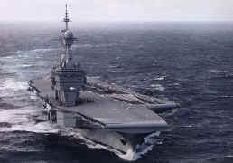 Le porte-avions français Charles de Gaulle avec deux dômes abritant son matériel de détection