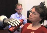 L'implant permet de déplacer ce bras robotisé par la pensé