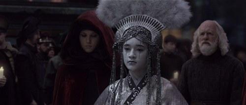 La Reine Apailana, une dame de compagnie et Sio Bibble en tenu de deuil, lors des funérailles de la sénatrice Padmé Amidala