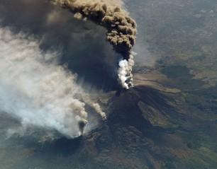 l'éruption de 2002 vue de l'espace