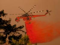 Hélicoptère bombardier larguant un retardataire © Erickson Aircrane