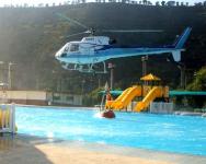 Hélicoptère bombardier puisant son eau dans la piscine d'une base américaine à Naples © Stephen Woolverton/ US Navy
