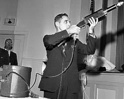 Fusil laser de l'armée avec sa batterie sur la table © AP Photo/John F. Urwiller