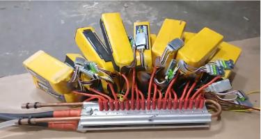 Les batteries nécessaires pour alimenter les barres de métalliques © Hacksmith Industries